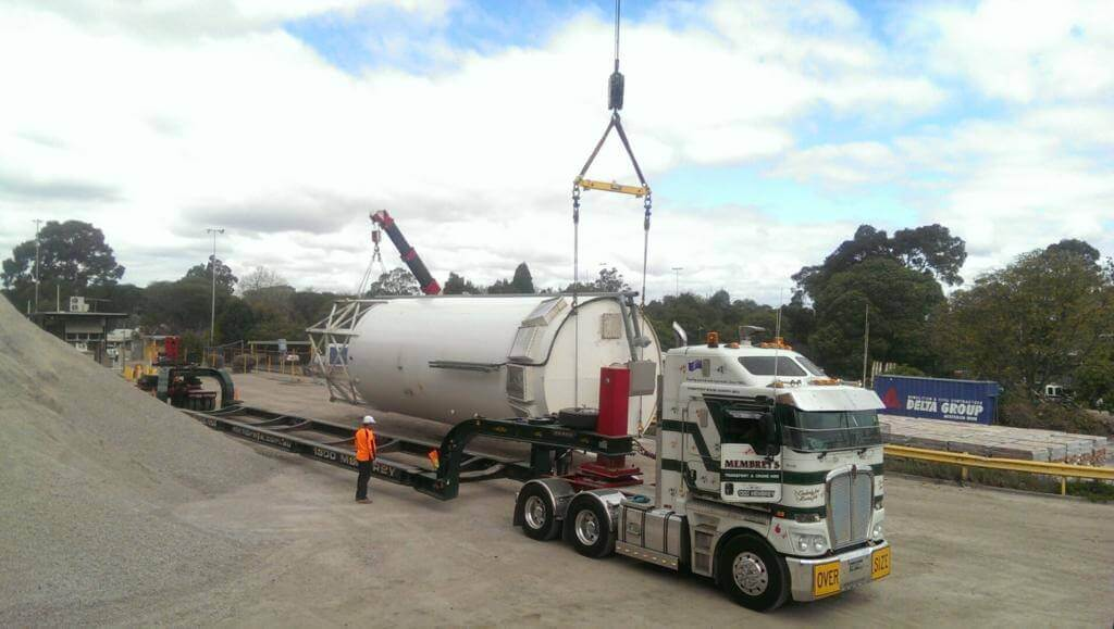 Loading 20m Long Silo on to Vessel Trailer